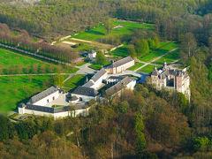ナミュールの東35km、Huyユイの南東10kmにモダーヴ城がある。 ジュエ城からは26km走ったが、ワロン地方で最もすばらしい城の一つと云われていたので、大変興味を持ってきた。 云われるだけの内容で、この日一番の収穫、時間をかけて見た甲斐があった。  写真はモダーヴ城:俯瞰・・・右手が本城と崖、中央にレストランや古城ホテルが