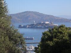 サンフランシスコ湾に浮かぶ『Alcatraz Island(アルカトラズ島)』 をズームします。  アルカトラズ島は「ザ・ロック」とも呼ばれていて、1963年まで 実際に刑務所(連邦刑務所)として使用され、脱出不可能として 知られた監獄島でした。  アルカトラズ島と言えば、1946年3月に起きた脱獄事件を題材に 製作された映画「アルカトラズからの脱出」(主演:クリント・ イーストウッド)が有名ですよね。  観光客はサンフランシスコのフィッシャーマンズワーフ近くの 「ピア33」からフェリーでアルカトラズ島に渡ることができ、 アルカトラズ島で残された独房や監視室から当時の生々しい様子を うかがうことができます。