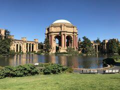 アメリカ・サンフランシスコ『Palace of Fine Arts』  古代ローマのような神秘的な建造物『パレス・オブ・ファインアーツ』 の写真。  ドライバーの方と一緒に専用車から下車します。(3回目)  『パレス・オブ・ファインアーツ』は丸天井のドーム型で、 古代ギリシャのコリント様式の列柱で装飾されたロマネスク式円形 の建物と、その両脇に何本もの柱で支えられて立つ建物が、 大きな池に面して並んでいます。  1906年のサンフランシスコ大震災とそれに伴う大火災からの復興と、 パナマ運河開通を記念して、1915年に行われた 「Panama-Pacific International Exposition」 (サンフランシスコ万国博覧会)のパビリオンの1つとして 建設されました。 当時は15のパビリオンがあったものの、現存しているのはここの 『パレス・オブ・ファインアーツ』のみだそうです。  設計者は20世紀初頭に活躍した建築家のバーナード・メイベック氏で、 ローマ建築とギリシャ建築の両方からインスピレーションを受け、 「壮大な死と人間の祈りの虚しさ」を表現することをテーマに デザインしたそうです φ(。_。*)カキカキ  https://palaceoffinearts.org/