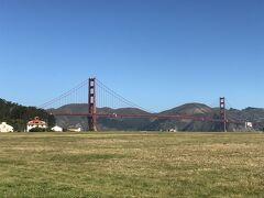 アメリカ・サンフランシスコ『Golden Gate Bridge』  この場所が『ゴールデンゲートブリッジ』の横からの全景がきれいに 眺められる穴場のスポットということで、ドライバーさんの配慮により ドライバーさんと一緒に専用車から下車します。(4回目)  わあ~、確かに『ゴールデンゲートブリッジ』の全景をうまく写真に 収めることができます *\(^o^)/*  『ゴールデンゲートブリッジ』は、「金門橋(きんもんきょう)」 という別名もあり、サンフランシスコ湾と太平洋が接続する ゴールデンゲート海峡に架かる吊り橋です。   主塔の間の長さ(中央径間、支間)は1,280m、全長2,737m、また、 主塔の高さは水面から227mです。
