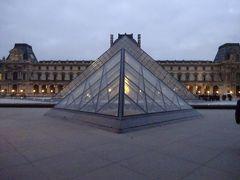 8時25分頃ルーブルに到着しました。有名なピラミッドの入り口は2列に分かれていて係員にミュージアムパスを指差してここで良いのかと日本語で尋ねます。相手はフランス語で「こっちで大丈夫だよ」って感じで指差し教えてくれました。