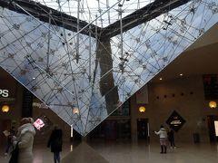 駆け足でルーヴル美術館の中を見て出てくるとピラミッドの下