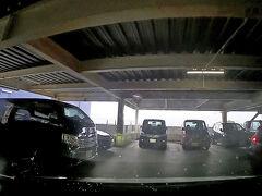 駐車場が混んでいて、車を停めようと駐車場内を周回中です。