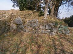 山頂が近づくと城の遺構が残っています。