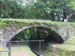 眼鏡橋。 眼鏡橋と言えば長崎が有名ですが、ここに眼鏡橋があります。 石積みのアーチ橋で水路橋で、風情のある橋でした。