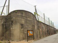三池集治監外塀。 明治時代は囚人が多く集治監(監獄、今の刑務所)に送り込まれて、炭鉱で強制労働をさせられました。 現在はここは高校となり、外壁だけが残っています。 高校の塀に刑務所の塀を使うのは、ちょっとブラックジョーク。