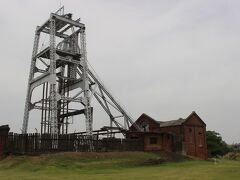 今度は宮原抗へ。 ここでは鋼鉄製の竪坑櫓が残っています。 ここでワイヤーでケージを下して、炭鉱労働者や石炭を坑内から地上へ運びました。