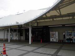 韮崎(にらさき)駅    該駅は、明治36年(1903年)12月15日開業である。 即ち、甲府-韮崎間12.9km延長開通の一環として開設されたが、該駅設置位置に対し、地元出身有力者たる 小野金六(おの きんろく)(嘉永5年(1852年)8月18日~大正12年(1923年)3月11日)の尽力に依り、該駅開設必要用地が確保され、無償提供に依り開設された。 初代該駅所在地は、現在の駅前広場所在地に設置され、駅構造は頭端式が採用された。 即ち、該駅は、招来の延長時に急勾配登攀の為に、スッチバック式構造とし、此の為に折返線70m(220ft)も設置されたが、後に、該線用に9600型蒸気機関車導入に依る牽引力増大で、該長では編成増加が困難だった事から、大正5年(1916年)12月に178m(585ft)に延長された。 明治45年(1912年)3月には、該駅構内照明が従来のガス燈から電燈に切替えられ、更に、同年5月には旅客数増加から混雑緩和を目的として跨線橋が設置された。 該駅は、取扱拡大から、初代駅本屋では狭隘だった事から、大正13年(1924年)、昭和3年(1928年)10月、昭和10年(1935年)2月、及び、昭和26年(1951年)9月に、個々増築された。 甲府-上諏訪間76.8kmは、昭和39年(1964年)8月23日附で直流1500V電化されたが、当時は電車の絶対数が不足しており、電車化されたのは、一部の急行、及び、身延線電車の間合運用のみで、甲府以西区間運転列車は殆ど客車列車だった。 然るに、該市では該駅に対し急行列車停車を切望していたが、該駅が電化後もスイッチバック構造で残存した事から、日本国有鉄道は停車時間拡大を忌避の為に、該駅への優等列車停車に対し消極的見解だった。 初代駅本屋は必要に応じ増築を重ねてきたが、老朽化が深刻な状態となった事から改築が決定し、昭和44年(1969年)に第2代駅本屋は現位置に建設された。 他方、塩崎-新府間は、昭和45年(1970年)9月16日附で複線化されたが、同年10月には新線上に島式ホーム1面が設置され、新設ホームは電車限定で停車し、同年11月に現駅本屋が竣工したが、電気機関車牽引客車列車、ディーゼル動車停車、及び、貨物取扱業務残存の為に旧駅構内も廃止されず残存した。 該駅貨物取扱業務廃止は、昭和47年(1972年)2月1日附で、該改正時に、客車列車は電車化された。 https://www.jreast.co.jp/estation/station/info.aspx?StationCd=1189