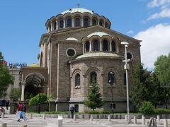 それから昨日入れなかった聖ネデリャ教会へ。 ここは珍しい石造りのブルガリア正教の教会。