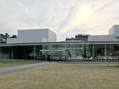 てくてく歩いて、21世紀美術館をチラリ。 有名なプールの展示を遠目に眺めてみます。17時近かったですが、普通にお客さんがいました。
