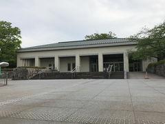 兼六園の脇、百万石通りの坂道をえっちらおっちら上っていきます。急坂なんて聞いてないですよ~!(TωT)  やっとのことで辿り着いた目的地がここです。石川県立美術館。