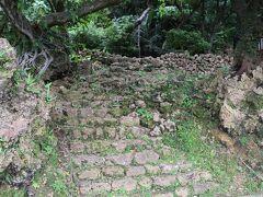 階段の上に石垣が見えます。  これ以上は立ち入り禁止と言うか通路はありません。