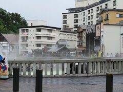 熱乃湯の目の前が草津温泉のシンボル湯畑  草津温泉は日本三名泉のひとつです。 草津の他は有馬温泉、下呂温泉 自然湧出量は日本一の毎分32,000リットル以上だそうです。 湯畑の周りには足湯もあります。
