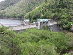 ダム自身は府道より少し低い位置にありました 古いダムにしては珍しくダム周辺は公園として整備されています