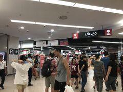 レストランから歩いて5分、ロッテホテル地下にあるロッテマートでお買い物をします。 場所柄、お客さんのほとんどは韓国の方でした。 お土産の缶ビール3本とエースコックの袋麺(フォー)2個購入しました。 缶ビールもフォーも10,000ドン前後と安い…ここが観光客向けのお店と考えると、現地価格では高いのかもしれませんが…