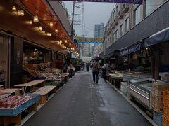 市街地なのに市場あるみたいなので覗いてみる. 仙台朝市土曜の朝ちょっと早かったかな?ちらほらと開店準備中