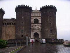 地下鉄ムニチーピオ駅で降りて最初にヌオーヴォ城に行きました。 土砂降りの雨で意気消沈です。