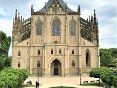 「クトナー・ホラの聖バルバラ教会」  身廊と側廊の豪華な礼拝堂 外観も天井もステンドグラス。  見応えのあった聖バルバラ教会 少し歩いてからバスに乗り聖母マリア大聖堂に向かいます。