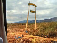 ウロス島へようこその看板です。