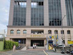 ホテルは出口2を出て右に曲がった先にある、台湾国鉄の萬華駅の真上にあります。 歩いて5分で着きます。