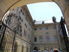 プラハ城の前に建っているシュバルツェンベルク宮殿。 壁はスグラフィット装飾で描かれたルネッサンス様式の宮殿です。現在はプラハ国立美術館を構成する建物の一になっています。。