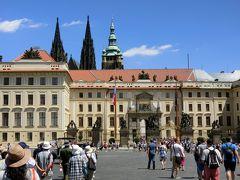 プラハ城の正門と建物が見えます。ここは正門前のフラッチャニ広場。