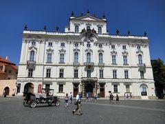 シュバルツェンベルク宮殿の真向かいにあるのが大司教宮殿です。 写真は大司教宮殿ファザード、大司教宮殿の奥にはシュテルンベルク宮殿があり現在はプラハ国立美術館の本館になっています。 こちらの美術館では古典からバロック時代までの西欧美術を展示しているそうです。 所蔵する作品にはエル・グレコ、ルーベンス、ゴヤ、レンブラント、デューラーなどがあるそうですが、今回は鑑賞する時間がありません。