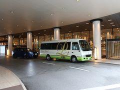 ホテル入口をパチリ!。ちょうど「シャトルバス」が・・・ジャマ。。。