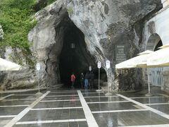 洞窟への入口で、ツアー出発時間まで並んで待機します。