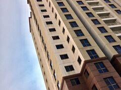 【ゴールデンヒルタワー(ヤンゴン/ミャンマー)】  その為、今もここに住む外国人や各国大使館関係者は多く、常に満員御礼状況が続き、その業界ではかなり有名なマンション(アパートメント)...なんです。  ただ、立ち寄っただけで、別に用事無し。写真だけ撮ってホテルに戻りました。