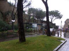 サンテルモ城の入口。 この近くにカルフールがあります。 以下がアドレスです。 Via Raffaele Morghen, 28-30 80127 Napoli NA