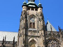 南塔です。巨大な時計が設置されていました。塔本体はゴシック様式ですが塔のクーポラはバロック様式だそうです。
