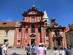 旧王宮と聖ヴィート大聖堂の間を通ってイジー広場に出ると聖イジー教会がありまそた。 聖イジー教会は920年に建てられたロマネスク様式の教会で、場内では最も古い教会です。正面ファザードは17世紀に建てられたものでバロック様式です。教会内部は古めかしく窓が小さくてステンドグラスはありません。非常に質素な教会でした。ここも写真は有料の別料金でしたので写していません。 教会内には古い時代のフレスコ画が僅かに残っていました。