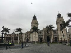 そしてついにやってきました、アルマス広場!  ヤシの木とカトリックな教会のコラボが南米っぽいですよね。  本当にペルーまで来たんだなぁと実感した瞬間でした。  天気がどんよりしてますが、この時期のリマはいつもこんな感じらしい。