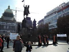 聖ヴァーツラフの騎馬像 9月28日は、『聖ヴァーツラフの日』。騎馬像前でお祈りが捧げられていました。