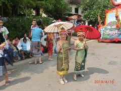 ワットシェントーンからシーサワンウォン通りに出るとパレードを待っている地元の人達がワンサといます。 可愛い子供も。