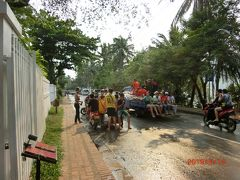 ビクトリアシェントーンパレスの食堂の前の通りは、 Khem Khongで  メコン川沿いの通りです。 パレードが行った後は水かけ祭りが絶頂です。