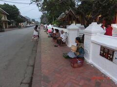 シーサワンウォン通りです。 ルアンパバーンの東はサッカリン通りと言われているようです。