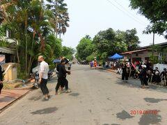 ワットシェントーンとサッカリン通り、その周辺のお寺には 暑さを避けてパレードに参加する人が集まりました。