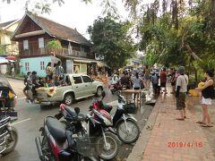 メコン川沿いの道路です。 プーニュ・ヤーニュのパレードが行ってしまうと 今度はピーマイ・ラオです。