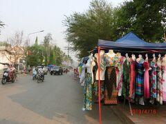 ダーラーマーケットにはプ―シ―の丘にお参りした後寄りました。 シーサワンウォン通りの朝市迄ずっと続いていました。