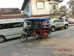 トゥクトゥク Tuk Tukは、ラオス ルアンパバーンでもメインの乗り物です。