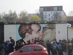 ベルリンの壁で一番の人気スポット「独裁者のキス」は凄い人だかりで道を挟んだ反対側から撮影しました。旧ソ連のブレジネフ書記長と旧東ドイツのホーネッカー書記長のキスシーン。作品自体は戯画ですが、実際に両者は挨拶としてキスを交わしていたそうです。ロシアの風習では男同士でキスをする挨拶があるそうなのです。