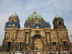 ベルリン大聖堂プロテスタント教会としては、ドイツ最大の規模です。プロイセン王家ホーエンツォレルン家の教会で、内部の装飾は王家にふさわしい重厚さだそうですが、残念ながら、外観を見学するだけで終わった。