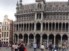 そして、世界遺産グランプラスへ 世界で一番美しい広場の1つと言われてるらしいから・・期待大 びっくりです・・美しすぎ グランプラス=大広場という意味 110×68メートル 石畳の広場の四方を全面美しい石造りの建物が囲んでいます。 かつては木造だった建物を1695年のフランスの砲撃により破壊され、以後石造りに変わったそう。それからでも、400年の歴史があるのですね。 どう写真に収めていいんだか・・収まり切れません。 こんなに素敵なら、フラワーカーペット、クリスマスの時期の素敵さは・・どんななんでしょう。 広場の真ん中に立ってみないと伝わらない素晴らしい景色が広がっています。 観光客も世界中からわんさか・・来てます。
