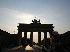 ブランデンブルク門に着きました。門は18世紀後半に建てられ、高さは26m、幅は65.5m、奥行きは11mの、砂岩でできた古典主義様式の造りです。
