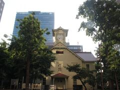 日本の「がっかり観光地」の筆頭ともいえる札幌時計台。 札幌の、北海道の「顔」というほど有名な建物ですが、ビルに囲まれていて風情もぶち壊し。 建物自体はいい建物なんですが・・・