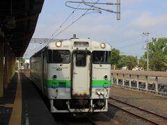 札沼線は途中の北海道医療大学前駅までは利用者も多く、電車が1時間に何本もあり、活気があり、「学園都市線」の愛称があります。  北海道医療大学前駅の1つ手前の石狩当別駅で、ローカル部分に向かう1両のデイーゼルカーに乗り換えます。