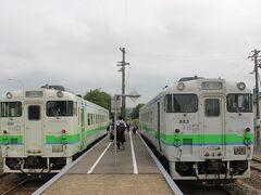 途中、唯一列車交換のできる石狩月形駅。 この駅だけは駅員さんがいます。  ここで、両方向の列車から通学の高校生が10人ずつ、ほかに数名の人が降りていきました。 この区間の大の「お得意様」です。