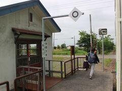 石狩月形駅で通学高校生などが下車して、残るお客さんは20人ほど。 ご老人の10人ほどのグループも記念乗車のようです。  途中の札的という小さな駅で1人おばさんが降りて行きました。